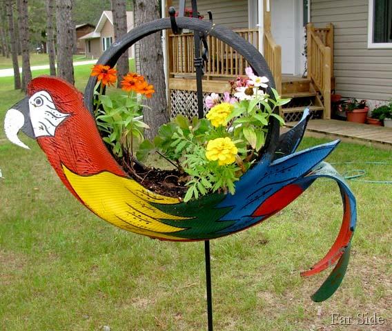 декорация в градината - папагал от гума