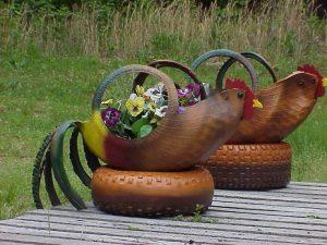 декорация в градината - кокошка от гума