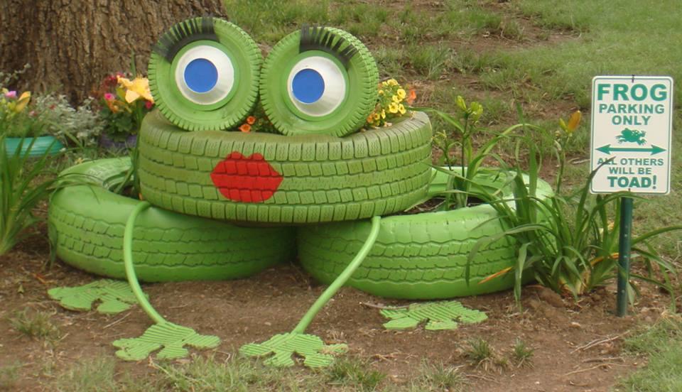декорация в градината- жаба от гуми